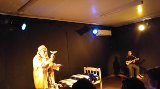 CENA LATINA - Mostra Latino-Americana de Teatro Solo - Espetáculo Experimento Primero - ator Héctor Fuentes/Músico Alexis Martinez - Foto Fabiana Lazzari